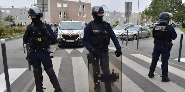 Des policiers devant la rue où ont été tués les deux frères à la Grande Borne, le 5 octobre.