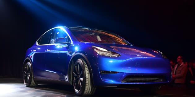 Elon Musk a dévoilé un exemplaire bleu métallisé de Model Y, VUS de taille moyenne à toit entièrement vitré.