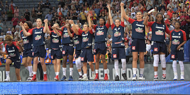 Les Bleues sur le podium du Championnat d'Europe de Basket en République tchèque le 25 juin 2017.