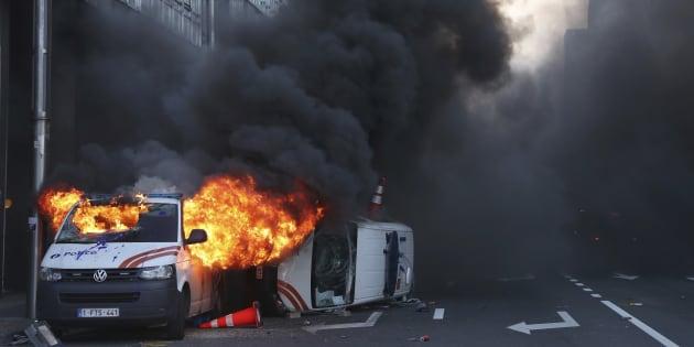 Deux véhicules de police ont été incendiés dans la capitale belge, lors d'une manifestation de gilets jaunes, ce vendredi 30 novembre.