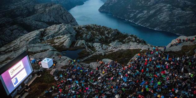 """Les spectateurs assistent à la projection """"Mission: Impossible - Fallout"""" au sommet du Pulpit Rock en Norvège, le 1er août 2018."""
