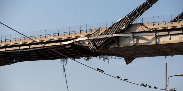 Scricchiola il moncone est di ponte Morandi a Genova. I vigi