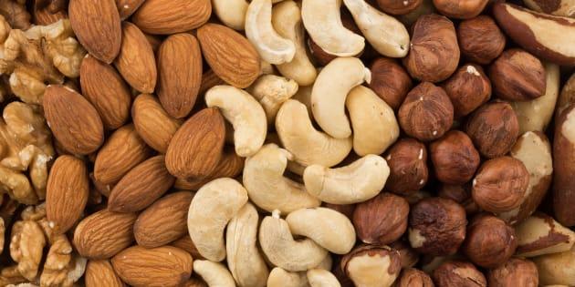 Algunos frutos secos son: almendras, anacardos, nueces, avellanas, castañas, piñones, pistachos y pepitas.