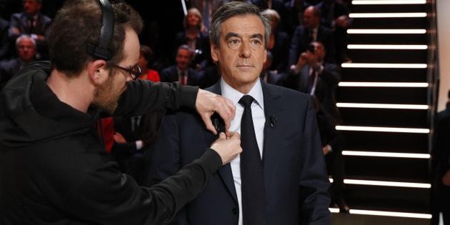 """Pendant le """"Grand débat"""", Fillon a passé son temps à consulter ses SMS"""