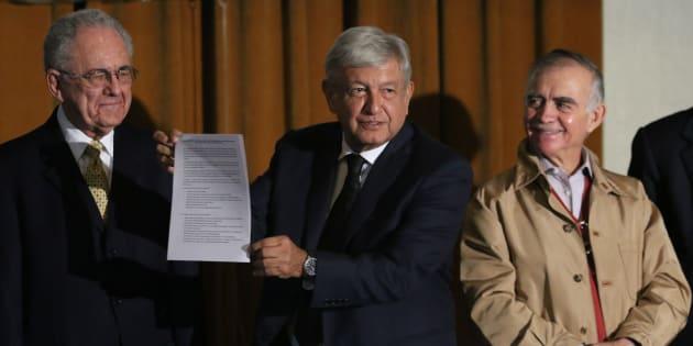 Andrés Manuel López Obrador, Alfonso Romo y Javier Jiménez Espriú ofrecieron una conferencia de prensa para anunciar una consulta ciudadana para decidir si continúan o paran la construcción del nuevo aeropuerto de la Ciudad de México, el 17 de agosto de 2018.