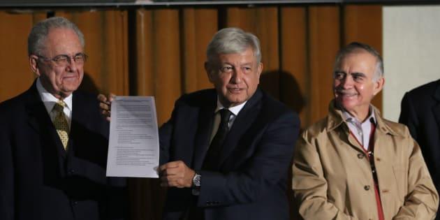 Andrés Manuel López Obrador, presidente electo de Mexico, acompañado de Alfonso Romo, próximo coordinador de la oficina de la presidencia y Javier Jiménez Espriú, próximo Secretario de Comunicaciones y Transportes.