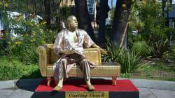 Una statua dorata di Weinstein in accappatoio è apparsa su Hollywood Boulevard il giorno prima degli