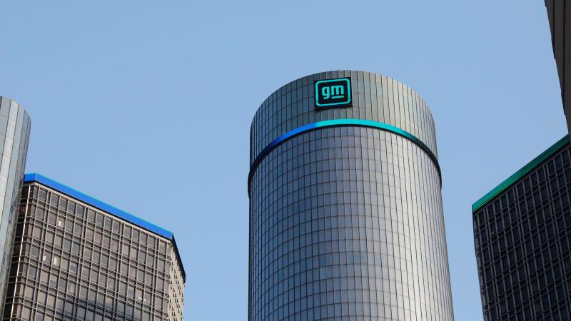 GM hat 10.000 Geländewagen in Texas geparkt, die auf Chips warten