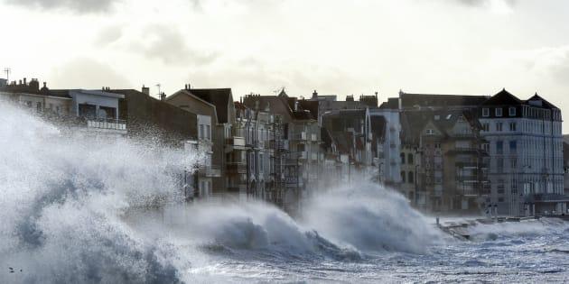 Des vagues sur le front de mer de Wimereux (Pas-de-Calais) le 3 janvier 2018.