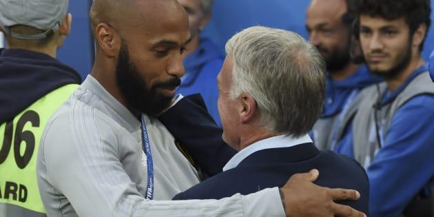 L'accolade entre Didier Deschamps et Thierry Henry avant le début de France-Belgique