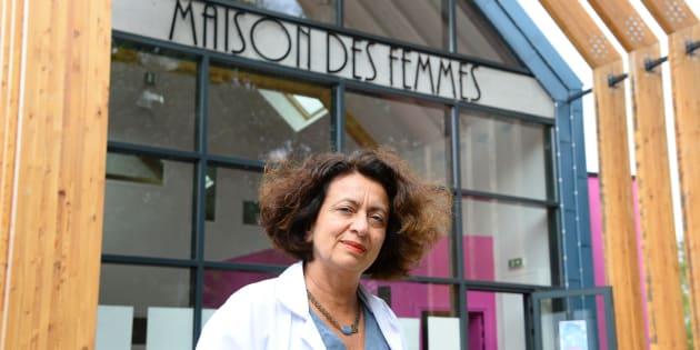Le Docteur Ghada Hatem devant la Maison des Femmes de l'hôpital Delafontaine, le 5 août 2016 à Saint-Denis.