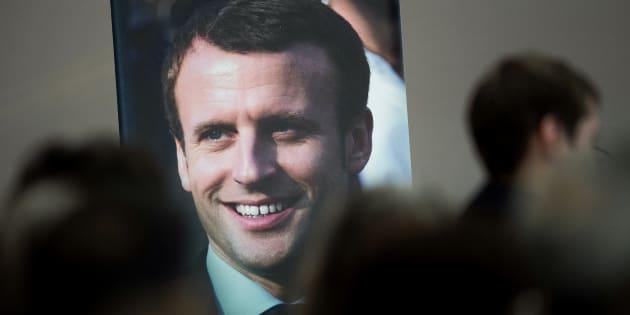 """Une affiche du Président Emmanuel Macron lors d'un meeting de candidats de """"La République En Marche"""" pour les élections législatives à Angers, le 7 juin 2017."""