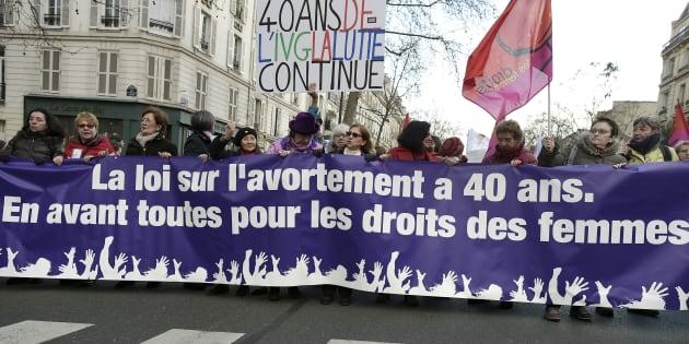 Des manifestant-e-s lors d'une marche à Paris le 17 janvier 2015 pour défendre les droits des femmes, améliorer l'accès à l'avortement et marquer les 40 ans de la loi Veil légalisant l'avortement en France.
