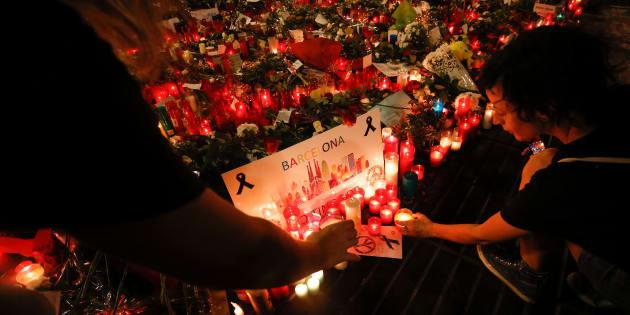 Un grupo de personas coloca carteles y velas en La Rambla de Barcelona, el 22 de agosto de 2017.