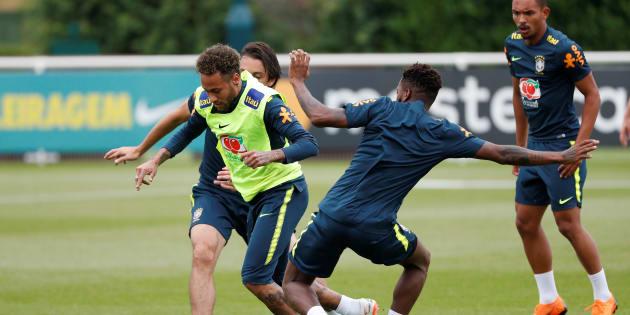 Neymar e Fred treinam para Copa do Mundo na Rússia.