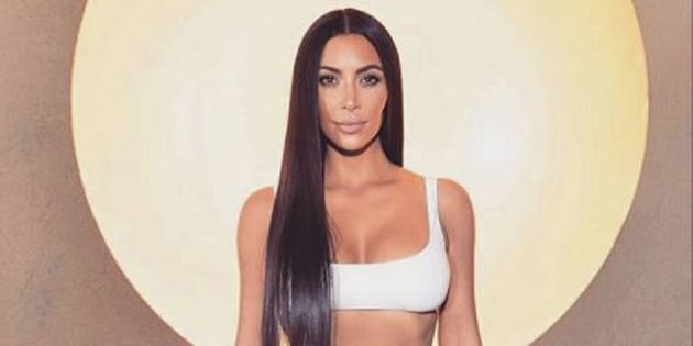 Nue, Kim Kardashian joue à chat perché