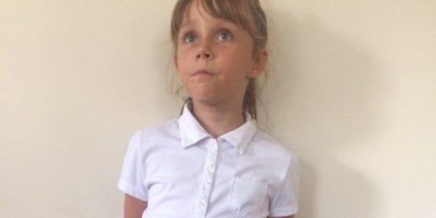 """A filha de Bonnie Peltier, identificada em documentos legais como """"A.P."""", que processando a escola. Ela reivindica o direito de usar calça como parte do uniforme escolar."""