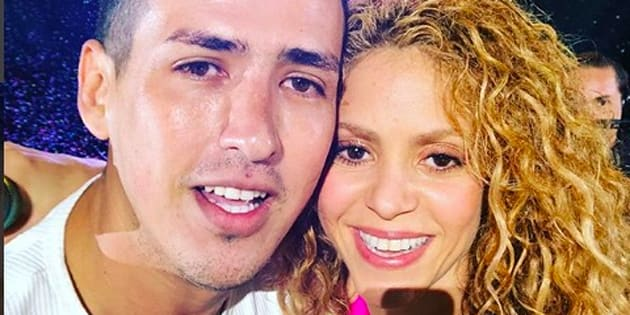 Fan sube al escenario del Estadio Azteca con Shakira.