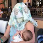 Le pidieron a una mujer que amamantaba su bebé que se cubriera; ella tapó su