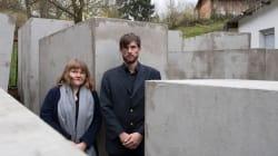 Activistas construyen mini Monumento al Holocausto frente a casa de político de