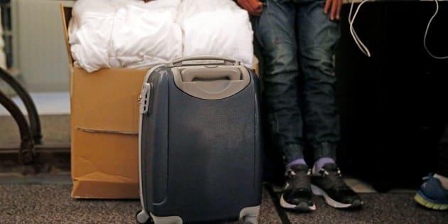 Un adolescent afghan quittant l'hébergement d'urgence de Saint Omer en France pour rejoindre le Royaume-Uni, en octobre.