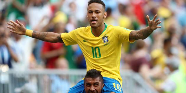 Neymar comemora, nos braços de Paulinho, o gol da vitória: Craque da partida eleito pela Fifa.
