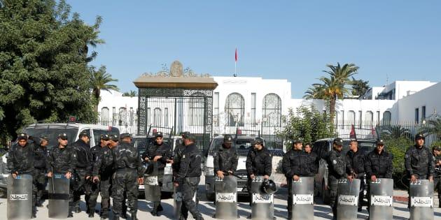 """Tunisie: deux policiers poignardés par un """"salafiste"""" devant le Parlement"""