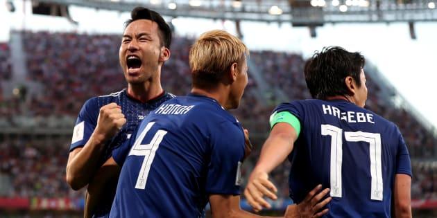 本田の同点ゴールを喜ぶ日本代表チーム  (Photo by Clive Rose/Getty Images)