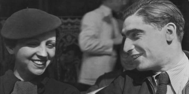 Ritratto dei fotografi Gerda Taro (1910 - 1937) e Robert Capa (1913 - 1954) nel 1936.