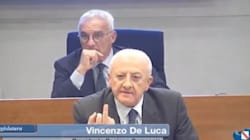 De Luca mostra il dito medio alla capogruppo 5 Stelle durante il consiglio