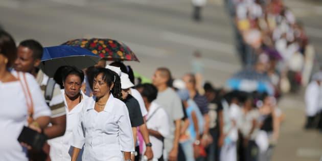 Des Cubains font la queue pour rendre hommage à Fidel Castro sur la place de la Révolution à La Havane, le 28 novembre 2016.