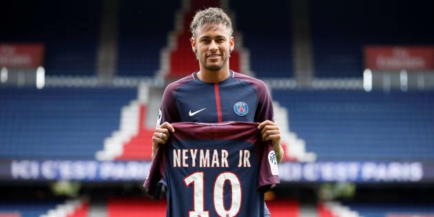Neymar présenté aux supporters mais ne jouera pas face à Amiens à cause d'un retard administratif.