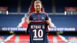 Neymar présenté aux supporters mais ne jouera pas face à Amiens à cause d'un retard
