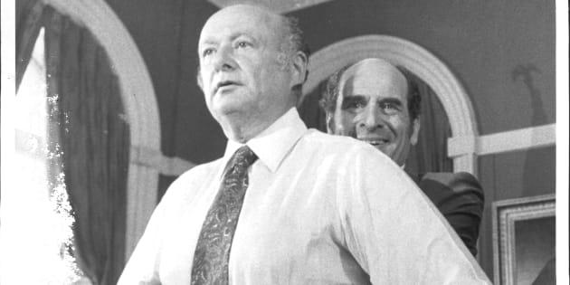 Le docteur Henry Heimlich (à droite) fait la démonstration de sa technique en août 1981.