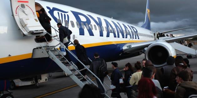 Un grupo de pasajeros se sube en un avión de Ryanair en el aeropuerto de Stansted en Reino Unido.