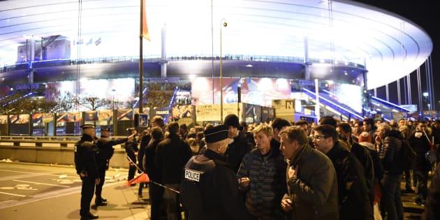 Police et spectateurs du match France-Allemagne devant le Stade de France, le 13 novembre 2015 à Paris.