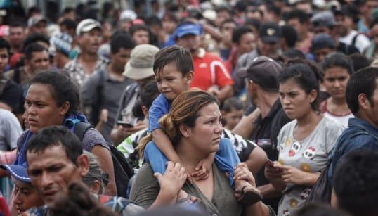 México abre su frontera a mujeres y niños de la caravana