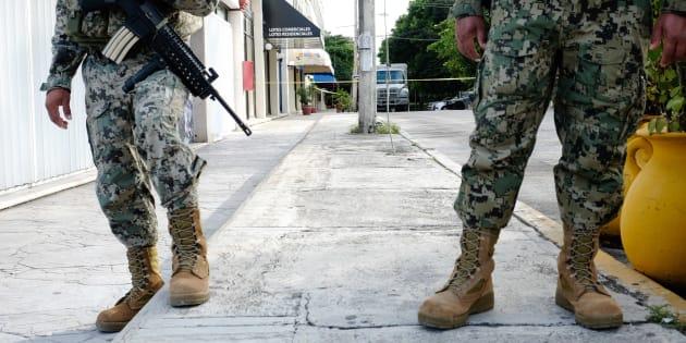 Elementos del Ejército y la Marina resguardan las instalaciones de la empresa First National Security, en Cancún, Quintana Roo, el 29 de octubre de 2017.