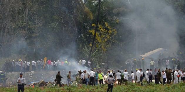 El personal de emergencia trabaja en el lugar del accidente después de que un avión de Cubana de Aviación se estrelló después de despegar del aeropuerto José Martí de La Habana.