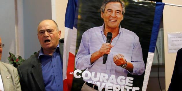 Un soutien de Francois Fillon, brandissant l'affiche de campagne lors du meeting du candidat à Pertuis mercredi 15 mars.