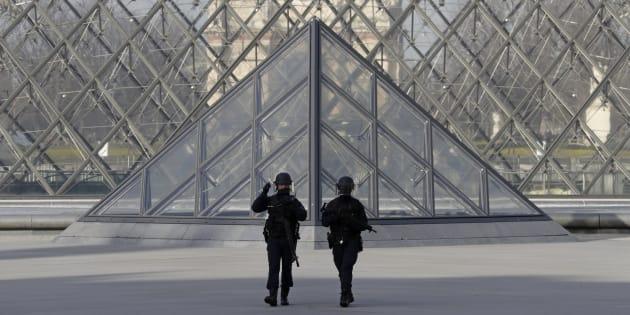 Des policiers sécurisent le musée du Louvre après l'attaque de militaires en faction, le 3 février à Paris.