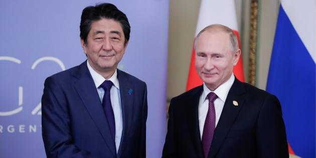 会談する安倍晋三首相(左)とプーチン大統領=2018年12月、アルゼンチン・ブエノスアイレス