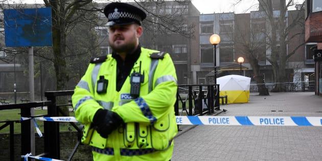 Un policier devant le banc, couvert par une tente, où l'ex-espion russe Sergei Skripal et sa fille ont été retrouvés inconscients, à Salisbury, le 6 mars.