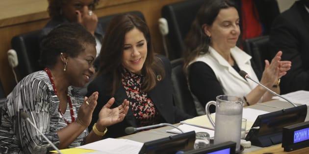 La directora ejecutiva del Fondo de Población de Naciones Unidas, Natalia Kanem (izquierda), conversa con la princesa Mary de Dinamarca en la Asamblea General de la ONU.