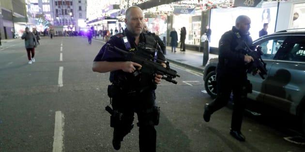 Les policiers sur Oxford Street.
