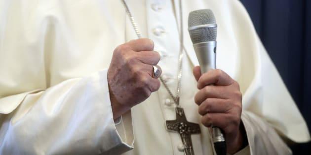 """Le Vatican corrige la déclaration du pape François sur la """"psychiatrie"""" pour les enfants homosexuels."""