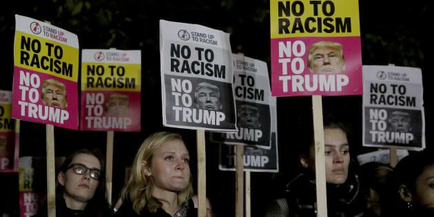 Des manifestants anti-Trump devant l'ambassade des États-Unis à Londres, le 9 novembre 2016. (AP Photo/Matt Dunham)