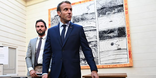Emmanuel Macron a un disoccupato |   Mi basta attraversare la strada e un lavoro te lo