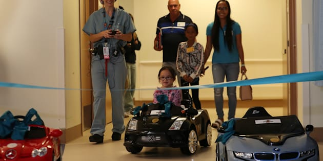 Ces enfants malades se conduisent au bloc opératoire en voiture électrique miniature