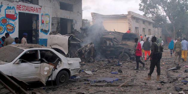 Sur le lieu de l'une des explosions à Mogadiscio, en Somalie, le 28 octobre.